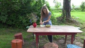 花匠妇女手剥在红色木桌上的新鲜的绿豆壳 4K 影视素材