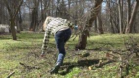 花匠妇女采撷被修剪的果树分支并且运载 4K 股票视频