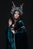 花卉冠的美丽的幻想矮子妇女 免版税库存照片
