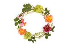 花卉圆的冠& x28; wreath& x29;使用花和叶子 平的位置 免版税库存图片