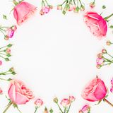 花卉圆的框架被隔绝的由桃红色玫瑰做成在白色背景 平的位置,顶视图 重点 免版税图库摄影