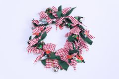 花卉圣诞节-五颜六色的圣诞节花卉在壁炉白色墙壁 图库摄影