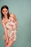 花卉夏天成套装备的可爱的女孩 免版税库存照片