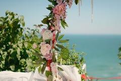花卉婚礼曲拱 免版税库存照片