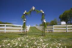 花卉拱道在婚礼之日 免版税库存图片