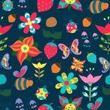 花卉无缝与蝴蝶、蜂、瓢虫和草莓 免版税库存图片