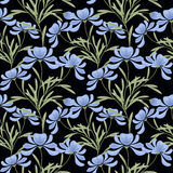 花卉无缝的样式,动画片逗人喜爱的浅兰的花染黑背景 库存照片