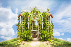花卉曲拱和风景视图在7天堂krabi thail庭院里  免版税库存图片