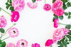 花卉框架由桃红色玫瑰、牡丹和叶子制成在白色背景 平的位置,顶视图 花卉生活方式构成 库存照片