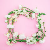 花卉框架由白花制成在桃红色背景 平的位置,顶视图 背景细部图花卉向量 免版税库存图片