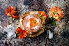 花卉淡色桃子和桃红色早午餐鸡尾酒装饰用柑橘开花在老土气背景 库存照片