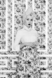 花卉背景的典雅的夫人 免版税库存照片