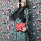 花卉背景的典雅的夫人 图库摄影