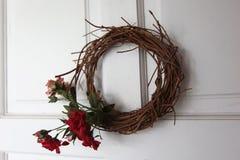 花卉花圈由花和干枝杈制成 免版税库存照片