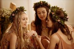 花卉花圈的妇女 免版税图库摄影