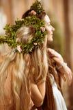 花卉花圈的妇女 免版税库存照片