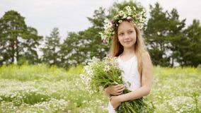 花卉花圈的微笑的女孩与春黄菊花束夏天领域 画象有摆在花的花束的女孩少年  股票视频