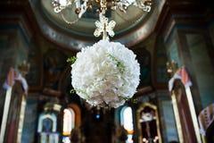 花卉装饰垂悬由的玫瑰做成由在t的枝形吊灯 免版税图库摄影