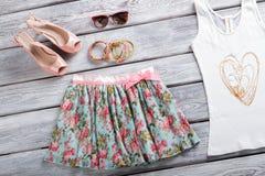 花卉裙子和太阳镜 免版税库存图片
