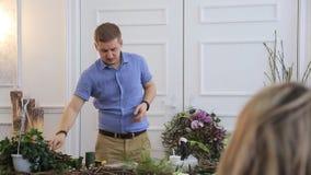 花卉设计师在艺术演播室举行卖花人学习课程  股票录像