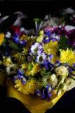 花各种各样的花束在黑背景的 库存图片