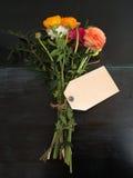 花和一个空的正文消息花束  库存照片