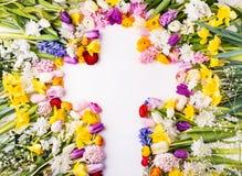 花和十字架复活节抽象概念在白色背景 复制空间 免版税库存图片