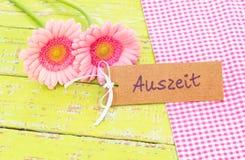花和卡片与德国词, Auszeit,手段暂停或放松在温泉或健康治疗疗法 免版税库存照片