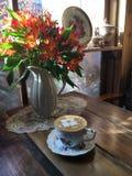 花和咖啡lattes 库存图片