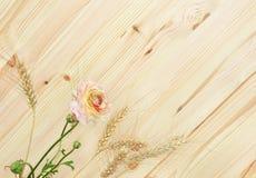花和木头 免版税库存图片