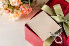 花和标记与礼物盒您的文本葡萄酒样式的 免版税库存图片