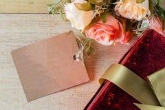 花和标记与礼物盒您的文本葡萄酒样式的 图库摄影