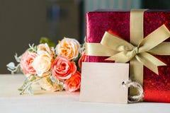 花和标记与礼物盒您的文本葡萄酒样式的 免版税库存照片