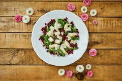 花和梨戈贡佐拉乳酪和莴苣可口沙拉在一块白色板材 免版税库存图片