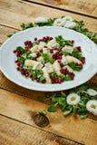 花和梨戈贡佐拉乳酪和莴苣可口沙拉在一块白色板材 免版税库存照片