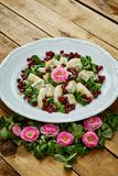 花和梨戈贡佐拉乳酪和莴苣可口沙拉在一块白色板材 库存图片