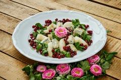 花和梨戈贡佐拉乳酪和莴苣可口沙拉在一块白色板材 库存照片