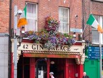 花和爱尔兰旗子爱尔兰客栈外在都伯林 免版税库存图片
