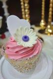 花和爱恋的心脏杯形蛋糕 库存图片