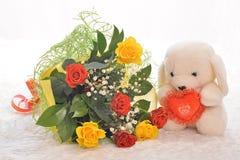 花和玩具熊 库存照片