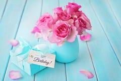 花和生日礼物 库存图片