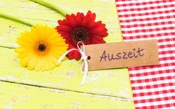 花和礼品券与德国词, Auszeit,意味暂停 图库摄影