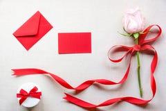 花和礼物与消息卡片和信件 免版税库存图片