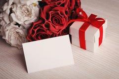 花和空白招呼的在木背景 免版税库存图片
