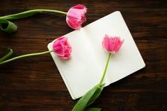 花和笔记 免版税库存图片