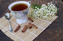 花和茶花束在一张木桌上的 免版税库存照片
