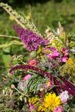 从花和草本的美丽的花束 免版税库存图片