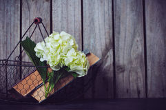 花和葡萄酒书 库存照片