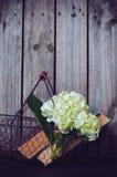 花和葡萄酒书 免版税图库摄影