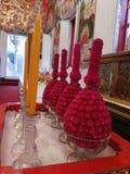 花和蜡烛在寺庙在泰国 图库摄影
